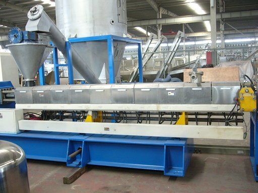 Pelletizing machine showing extruder