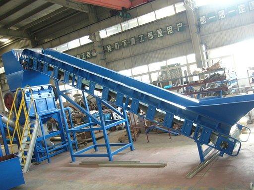 Conveyor belt that loads PE fims in crusher